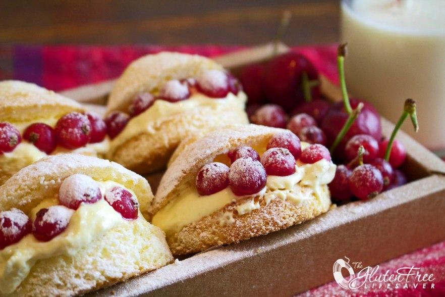 Addictive Gluten-Free Vanilla Cream Puffs with Custard and red Currants! #glutenfree #cake #christmas