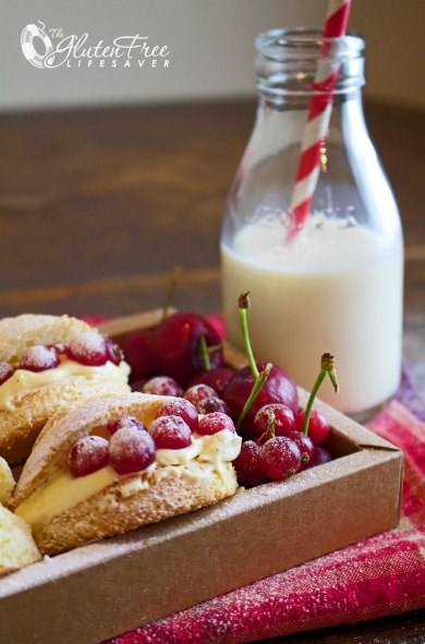 Addictive Gluten-Free Vanilla Cream Puffs with Custard and red Currants! #glutenfree #cake #christmas